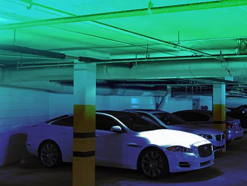 Voiture électrique et borne de recharge dans un parking de copropriété