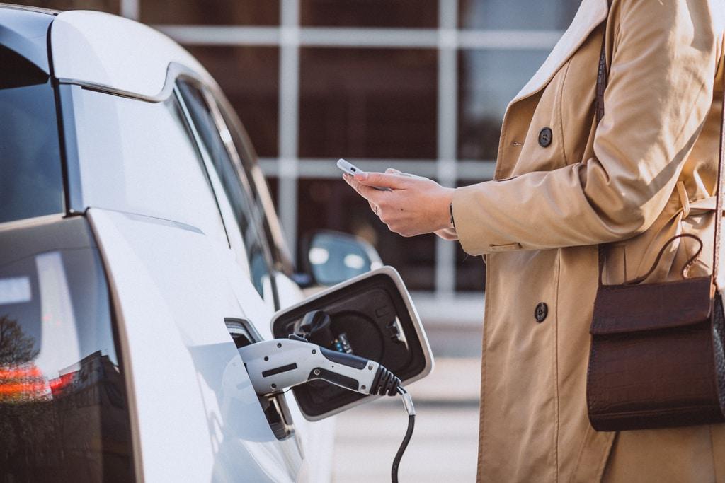 femme-telephone-portable-voiture-electrique