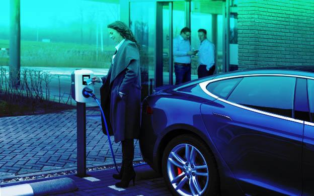 Recharge d'une voiture électrique sur le parking d'une entreprise